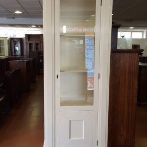 vetrina bianca arte povera